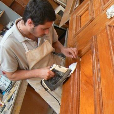 Как произвести реставрацию двери, обклеенной шпоном